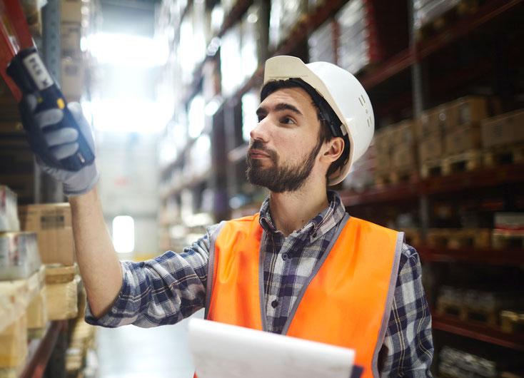 Arbeiter mit Barcode-Scanner